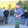 Herdenschutz in der Praxis am 11. Oktober - nach dem Theorieteil ging es zur praktischen Zaunvorstellung in den Kirnbach. Foto: LEV MS